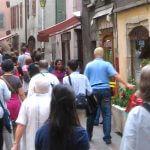 foule dans une rue d'Annecy